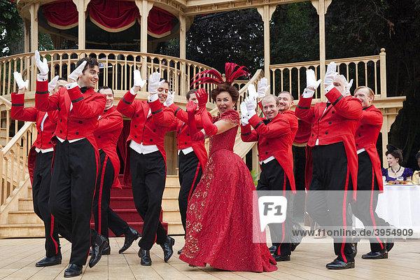 Samantha Spiro als Dolly Levi  Aufführung des Musicals Hello  Dolly! Regent's Park Open Air Theatre  London  England  Großbritannien  Europa