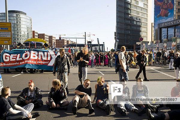 Protestveranstaltung auf dem Potsdamer Platz gegen das Feierliche Gelöbnis der Bundeswehr vor dem Reichstag  Berlin  Deutschland  Europa