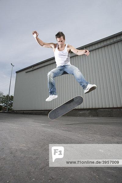 Skateboarder macht einen Flip
