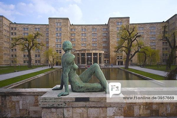 Statue und Teich vor der Goethe-Universität Frankfurt am Main  Deutschland