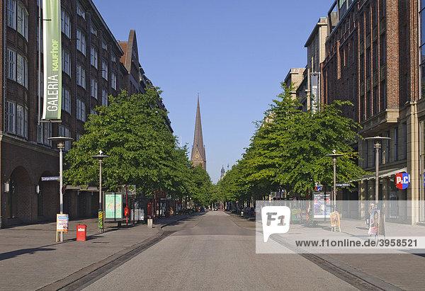 Einkaufsmeile Mönckebergstraße in der Innenstadt von Hamburg  Deutschland  Europa