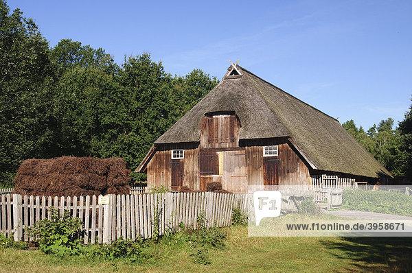 Historischer Schafstall bei Wilsede in der Lüneburger Heide  Naturpark Lüneburger Heide  Niedersachsen  Deutschland  Europa