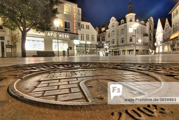 Kanaldeckel mit Hamburg-Wappen in der Einkaufsstraße Sachsentor in Bergedorf  Hamburg  Deutschland  Europa