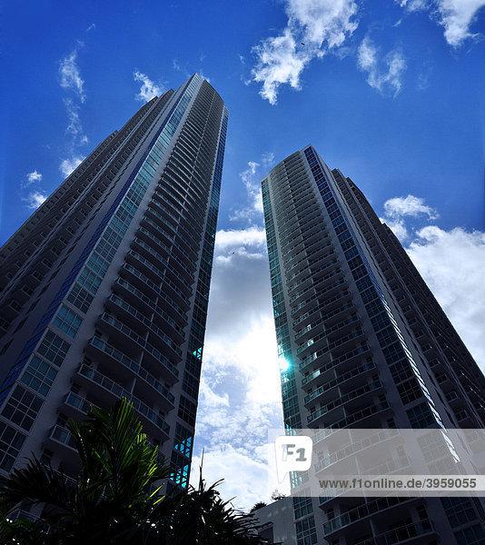 Zwei Apartment-Hochhäuser im Zentrum von Miami  Florida  USA
