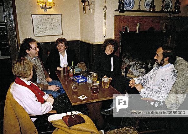 Gäste in geselliger Runde in einem ländlichen Pub in den 80er Jahren  England  Vereinigtes Königreich  Europa