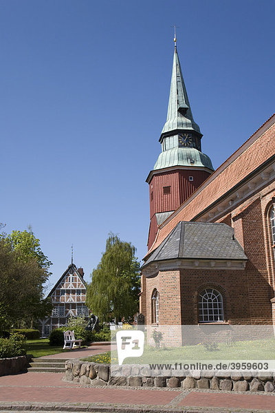 Kirche und Altländer Bauernhaus in Steinkirchen  Altes Land  Niederelbe  Niedersachsen  Norddeutschland  Deutschland  Europa