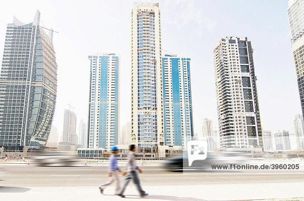 Skyline von Dubai mit Menschen und Autos  Dubai  Vereinigte Arabische Emirate  Naher Osten