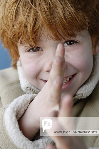 Junge  6 jahre  frech  lange Nase  Grimasse