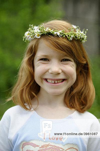 Junges Mädchen mit Blütenkranz im Haar