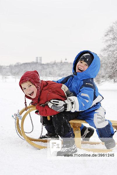 Kinder beim Schlittenfahren im Englischen Garten am Monopteros  München  Oberbayern  Bayern  Deutschland