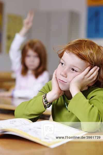 Kinder in der Grundschule  Klassenzimmer Junge  verträumt  nachdenklich  traurig  frustiert  Jungen sind Bildungsverlierer  Versager  Chancengleichheit