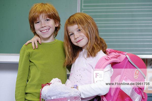 Zwei Kinder in Grundschule  Freunde  Geschwister  im Klassenzimmer