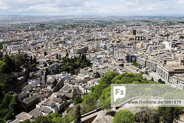 Vom Torre de la Vela der Alhambra auf die Altstadt  Granada  Andalusien  Spanien  Europa
