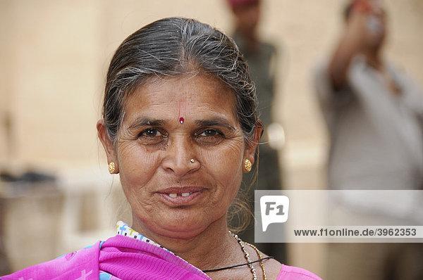 Indische Frau  Besucherin des Mehrangarh Fort  Jodhpur  Rajasthan  Nordindien  Asien