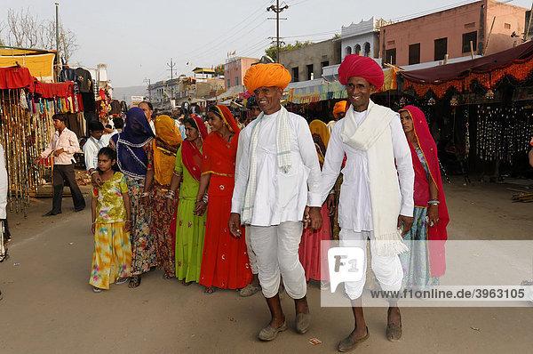 Indische Familie  Pushkar Mela  Pushkar  Großer Kamel- und Viehmarkt  Rajasthan  Nordindien  Asien