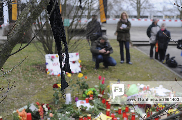 Rampage at Albertville Realschule school in Winnenden  the day after  flowers and candles to commemorate the victims  members of the media  Baden-Wuerttemberg  Germany  Europe