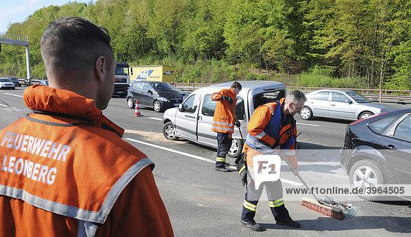 Verkehrsunfall mit 6 beteiligten Fahrzeugen  Vollsperrung der A 8 kurz vor dem Dreieck Leonberg  Baden-Württemberg  Deutschland  Europa