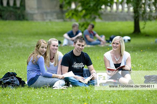 Studenten an der Universität Hohenheim im Schloss-Park Hohenheim  Baden-Württemberg  Deutschland  Europa