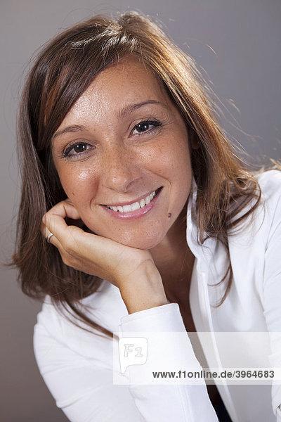Glückliche hellhäutige Geschäftsfrau  lächelnd