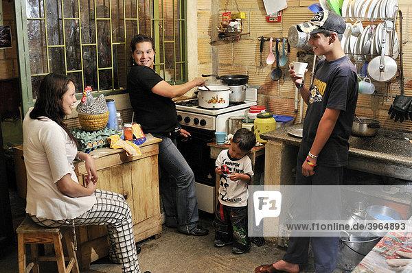 Familie in einfacher Küche  Armenviertel Uzme  Soacha  Bogota  Kolumbien