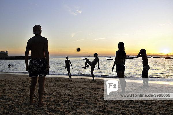 Fußball bei Sonnenuntergang  Strand Porto da Barra  Salvador  Bahia  Brasilien  Südamerika