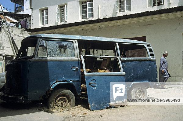 Alter VW-Bus  auch Bully genannt  Mombasa  Kenia  Afrika Alter VW-Bus, auch Bully genannt, Mombasa, Kenia, Afrika