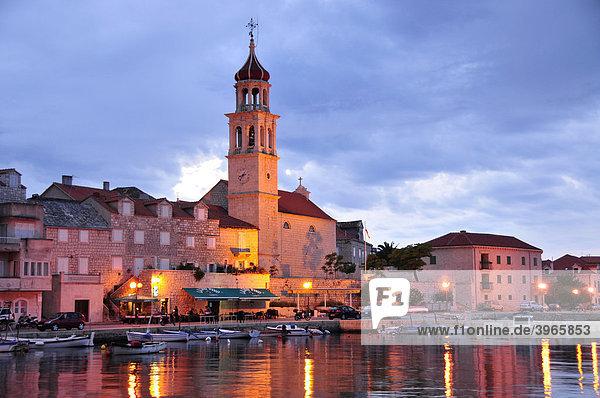 Fischerboote im Hafen von Sutivan vor der Kirche Sveti Ivan  Insel Brac  Dalmatien  Kroatien  Balkan  Europa