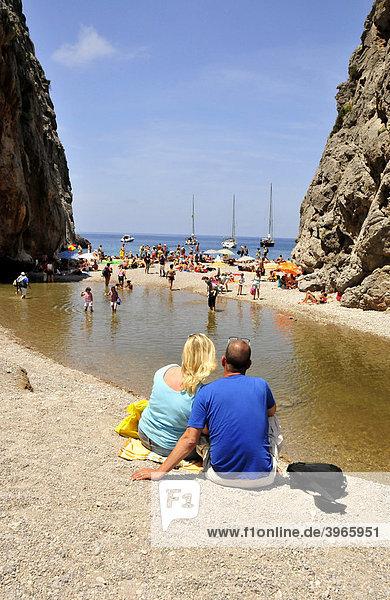 Liebespaar am Strand Platja de Torrent de Pareis,  Sa Calobra,  Mallorca,  Balearen,  Spanien,  Europa