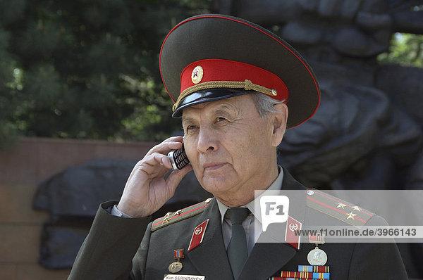 Offizier telefoniert  Panfilov Park  Almaty  Kasachstan