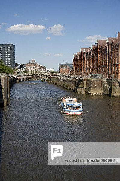 Lagerhäuser am Fleet in der Speicherstadt  Touristenboot  Hamburg  Deutschland  Europa