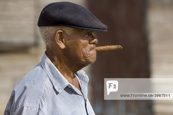 Mann mit Zigarre in Vinales  Provinz Pinar del Rio  Kuba