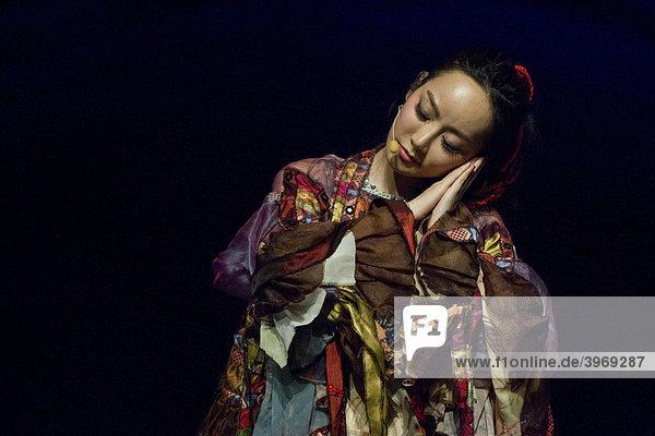 Die chinesische Sängerin Sa Dingding live bei ihrem exklusiven Schweizer Konzert im Luzerner Saal des KKL Luzern  Schweiz