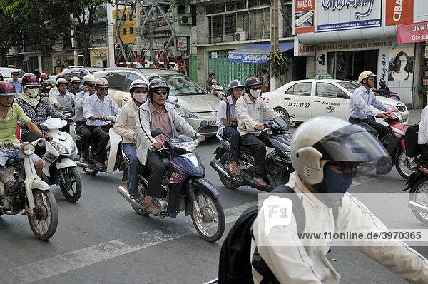 Motorräder  Mopeds im Verkehrschaos  Straßenverkehr in Ho Chi Minh Stadt Saigon Vietnam  Südostasien