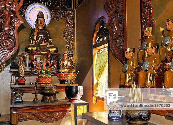 Altar mit Buddhastatuen am Tempel am Berg der Schwarzen Frau  Nui Ba Den  Tay Ninh  Vietnam  Asien
