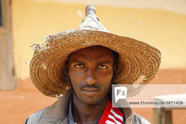 Mann mit Strohhut  Portrait  Mbororo Ethnie  Bamenda  Kamerun  Afrika