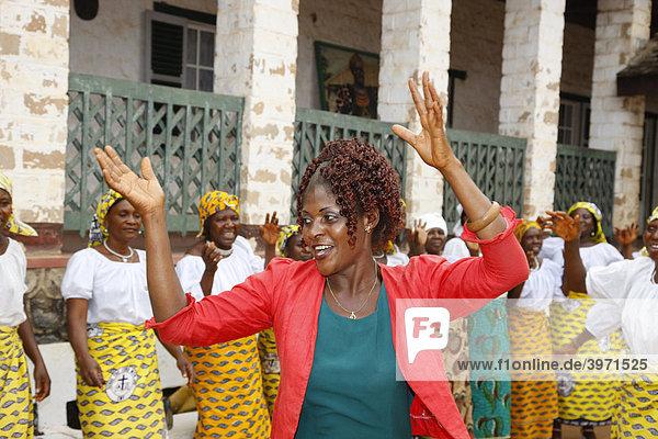 Frau tanzt mit einer kirchlichen Frauengruppe  Häuptlingsgehöft des Fons  Bafut  Westkamerun  Kamerun  Afrika