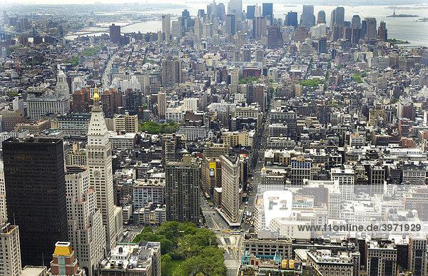 Blick von der Aussichtsplattform des Empire State Building über Manhattan  New York  USA
