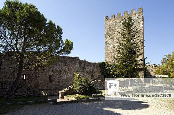 Ein Innenhof und Turm der Burg Castello di Lombardia  Enna  Sizilien  Italien