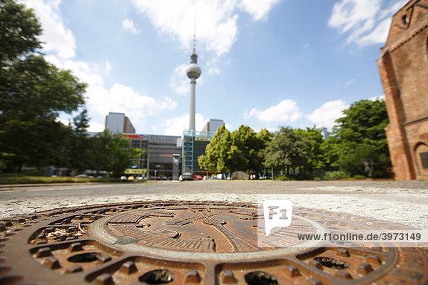 Fernsehturm und Gullydeckel der Berliner Wasserbetriebe in Berlin  Deutschland  Europa