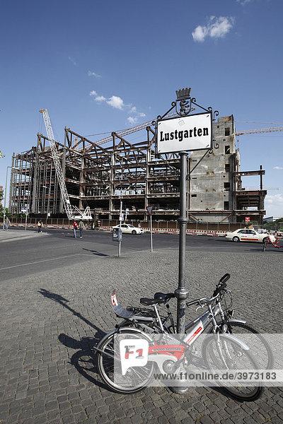 Lustgarten  Schild und Fahrräder der DB vor dem Palast der Republik im Rückbau in Berlin  Deutschland  Europa