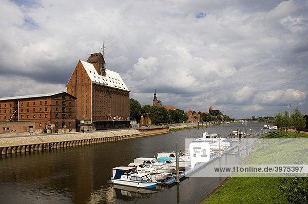 Übersicht Altstadt mit Hafen und Getreidespeicher  Tangermünde  Sachsen-Anhalt  Deutschland