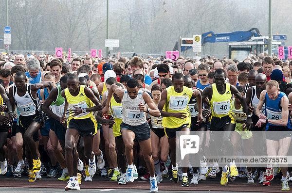 Sabrina Mockenhaupt  Mitte  zw. 16+11  spätere Siegerin der Frauen  Bernard Kipyego aus Kenia  5  links von 16  Sieger  beim Start des Halbmarathon mit über 25.000 Läufern und Rollstuhlfahrern  Berlin  Deutschland  Europa