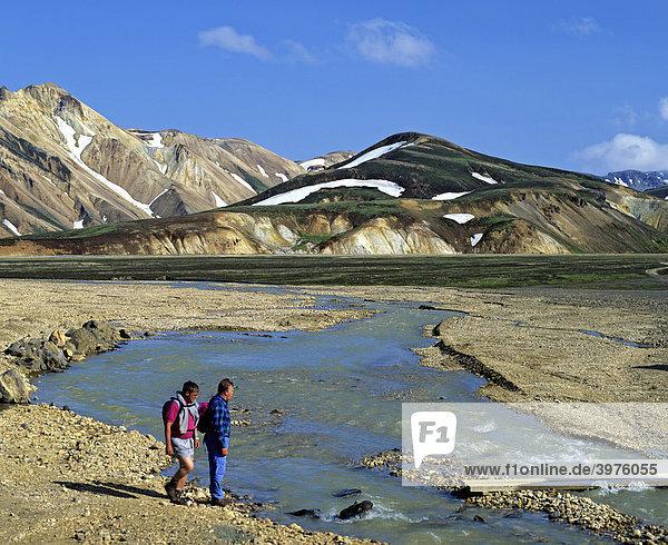 Vulkan-Landschaft bei Landmannalaugar  Tal  Wanderer am Fluss  Island