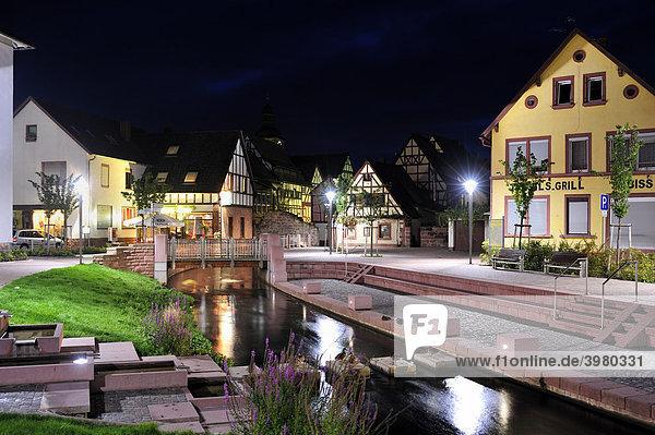 Blick zum Schipkapass mit dem Fluss Queich und Resten der Alten Stadtmauer  Annweiler  Naturpark Pfälzerwald  Pfalz  Rheinland-Pfalz  Deutschland  Europa