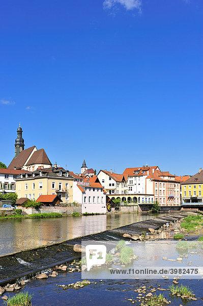 Blick über den Fluss Murg zur Altstadt mit Sankt Jakobskirche  Gernsbach  Murgtal  Schwarzwald  Baden-Württemberg  Deutschland  Europa