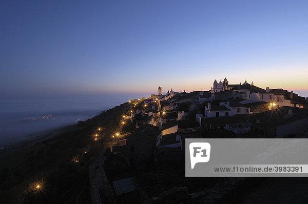 Monsaraz  befestigtes Dorf  im Morgengrauen  Alentejo  Portugal  Europa