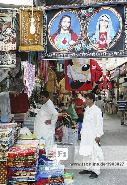 Souk  Bazar  Jesusteppich und Mickey Mouse Handtuch als Souvenir  Hauptstadt Manama  Königreich Bahrain  Persischer Golf