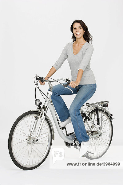 Frau auf Fahrrad  richtige Körperhaltung zur Vorbeugung von Rückenbeschwerden