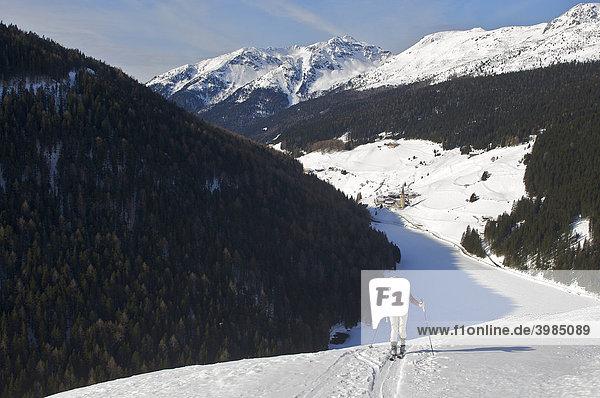 Frau auf Skitour bei Valdurna  Durnholz  Sarntal  Südtirol  Italien