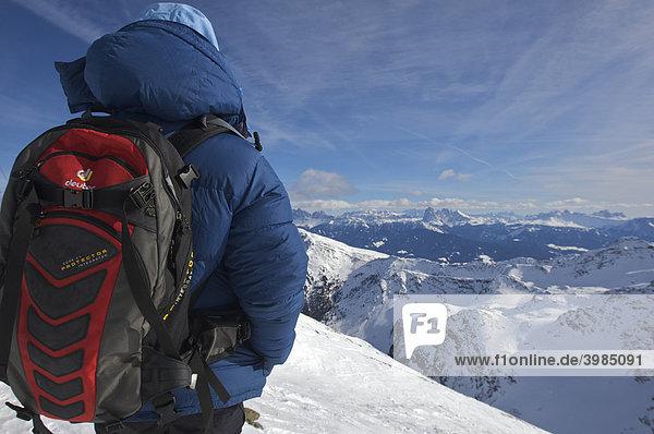 Frau in dicker Daunenjacke mit Rucksack auf dem Schrotthorn  dahinter Dolomiten mit Langkofel  Sarntal  Südtirol  Italien